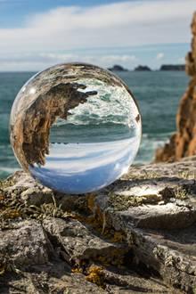 Diese Glaskugel macht aus jedem Schnappschuss ein Kunstwerk: Der Rollei Lensball schafft neue Perspektiven und Blickwinkel - dank seiner handlichen Größelässt er sich überall mit hinnehmen. Einfach hinlegen, abdrücken und staunen. In drei Größen ab 30 Euro erhältlich.