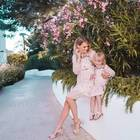 """Würde sich Yvonne Schröder bei uns als """"Germany's Next Topmom"""" bewerben, wir würden sie sofort zur stylischsten Mutter wählen. Zusammen mit ihrer Tochter Emma Rose gibt sie ein tolles Duo ab. Die beiden tragen genau das gleiche Kleid, das durch einen hellen Ton und aufgestickte Blumen einfach sommerlich süß wirkt."""