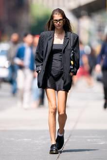 Im New Yorker Szene-ViertelSoho spaziert Kaia Gerberdurch die Straßen und genießt das sonnige Wetter. Ihr kurzes, schwarzes Minikleid lenkt die Aufmerksamkeit ihre extrem schlanken Beine. Ihren Oberkörper hüllt das 17-jährige Model in einen XL-Blazer, der ihre schmale Figur versteckt.