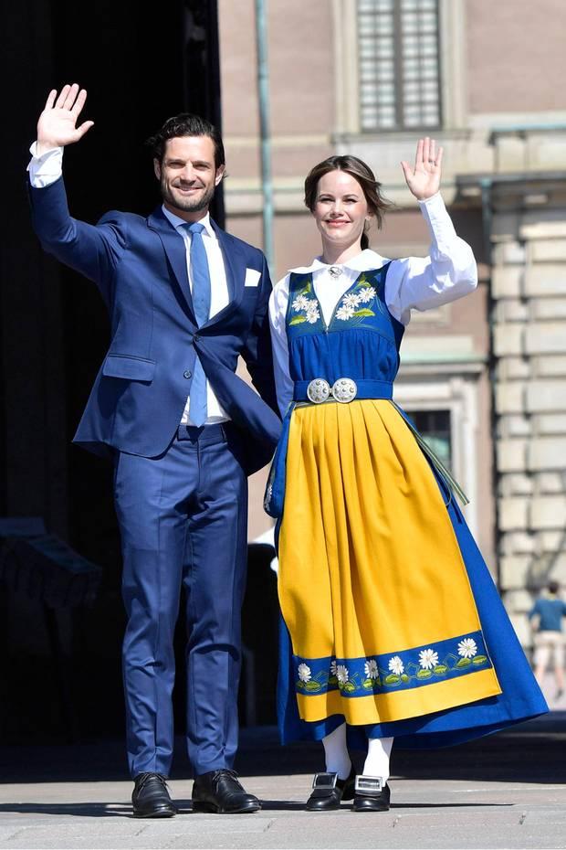 Bei strahlendem Sonnenschein eröffnen Prinz Carl Philip und Prinzessin Sofiaden schwedischen Nationalfeiertag.