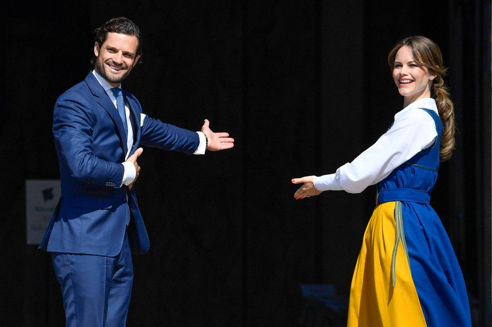 "Hereinspaziert: Das Paar lädt zum ""Tag des offenen Schlosses""."
