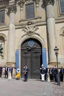 Begleitet von der Musikkapelle hält Prinz Carl Philip eine Rede.