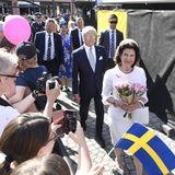 In der Zwischenzeit werden König Carl Gustaf und Königin Silvia in Borlänge willkommen geheißen.