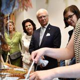 Anschließend besichtigt das Königspaar eine Textilfabrik.