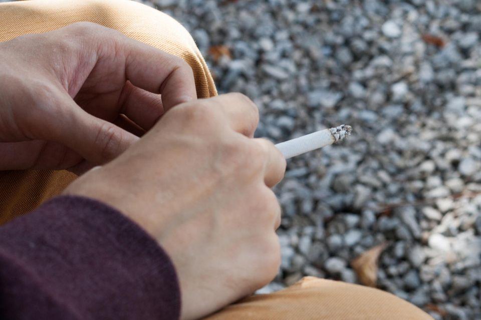 Raucher mit Zigarette
