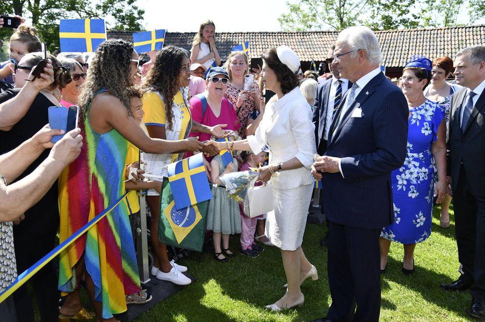 Für Königin Silvia und König Carl Gustaf geht'sweiter nach Ludvika. Auch dort werden fleißig Fans begrüßt und Hände geschüttelt