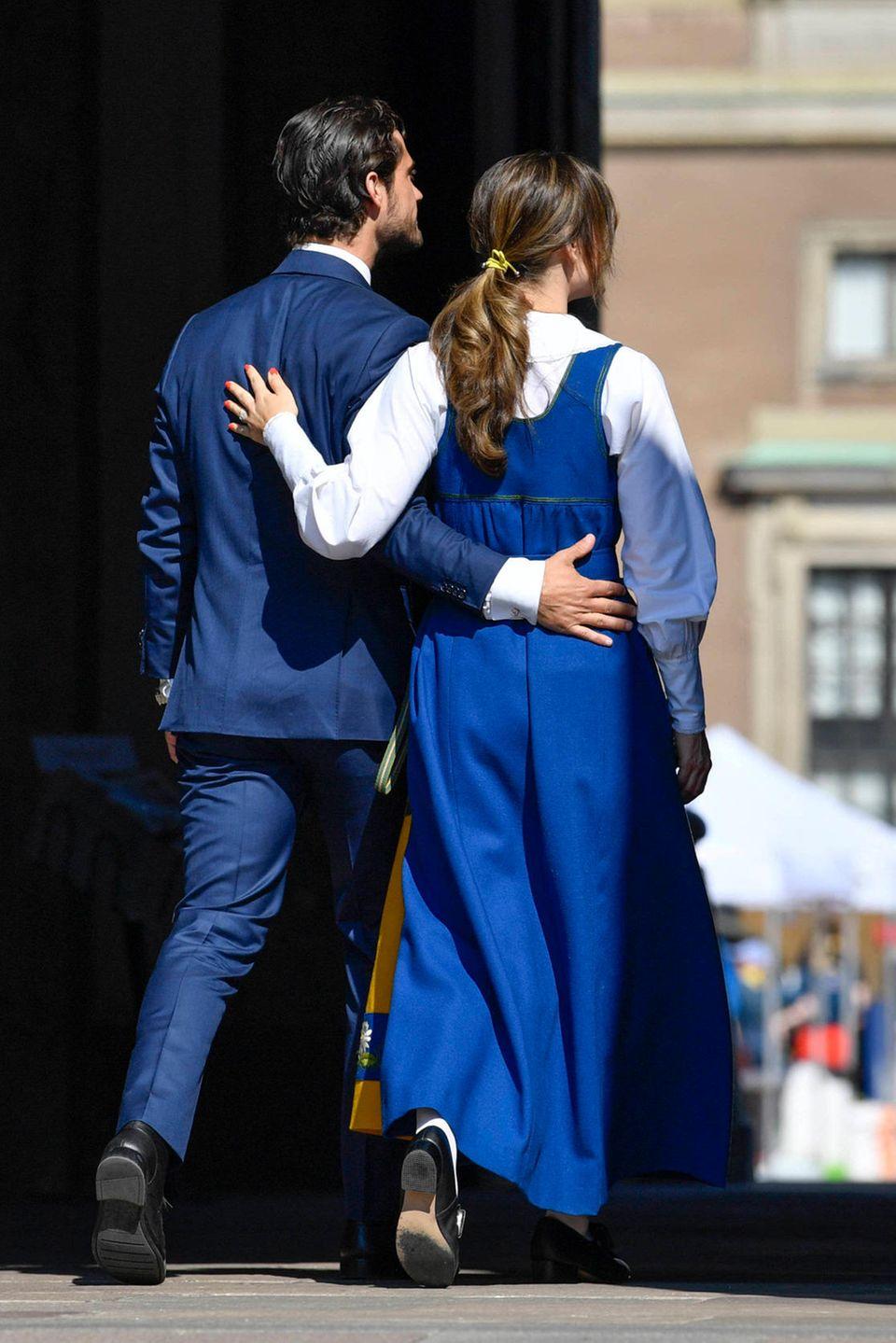 Arm in Arm gehen sie ins königliche Schloss.