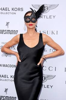 Bei der Cash & Rocket Gala in London zeigt sich Lilly Becker in einem schlichten, schwarzen Slip-Dress, das vor allem auf den zweiten Blick super sexy wirkt ...