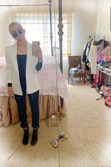 In den vier Wänden von Jamie Lynn Spears geht es gar nicht so glamourös zu, wie man es vielleicht annehmen mag. Die Kleidung hängt auf einer einfachen Stange, der Frisiertisch ist überladen und überall liegen Klamotten herum.