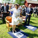Freundlich winkt die schwedische Königin.