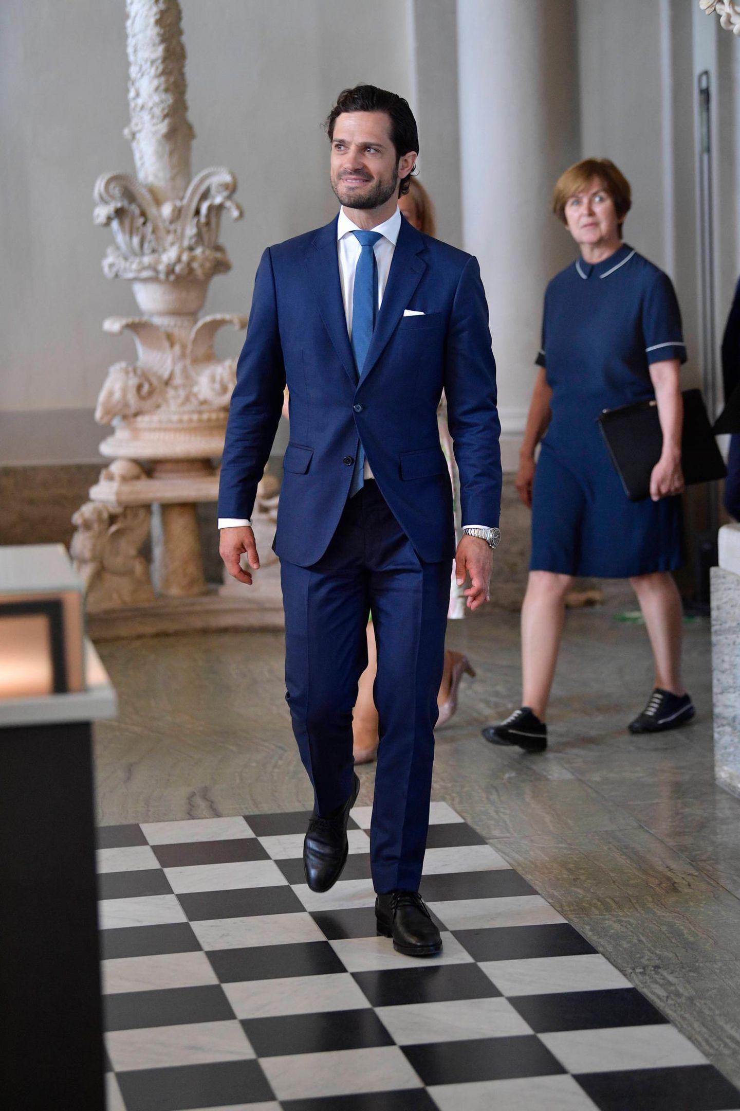 Prinz Carl Philip ist auf dem Weg ins Antikmuseum im königlichen Palast.