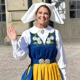 Endlich zeigt sich auch Prinzessin Madeleine. Am Nationalfeiertag trägt sie wie Prinzessin Sofia die traditionelle Tracht.