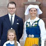 Auch Prinzessin Victoria, Prinz Daniel und die Kinder Prinzessin Estelle und Prinz Oscar schlüpfen in die traditionelle schwedische Tracht und lächeln für die Kameras der wartenden Fotografen.
