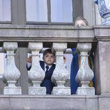 Oscar und Estelle wagen schon mal einen scheuen Blick vom Balkon auf die wartende Fotografenmenge.