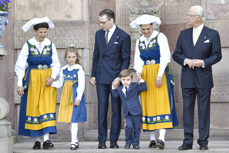 Mit alle Mann auf einem Bild wird's schon etwas eng: Königin Silvia hält Prinzessin Estelle an der Hand, Prinz Daniel und Prinzessin Victoria versuchen, ihren Sohn Oscar zu bändigen und König Carl Gustaf scheint auch genug vom Posieren zu haben.