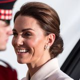 Ihr Haar trägt Catherine elegant zu einem tiefen Dutt hochgesteckt - an ihren Ohren funkeln ihre aktuellen Lieblingsohrringe von Cassandra Goad.