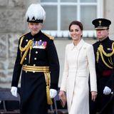 Hier kommt Catherine! Kate zeigt sich bei der Beating Retreat Zeremonie bei der Horse Guards Parade in London in einem wunderschönen Mantelkleid von Catherine Walker für knapp 3.500 Euro. Die Herzogin trug dieses Kleid schon einige Male - doch jedes Mal sieht sie wieder fantastisch darin aus.