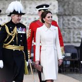 Herzogin Catherine kombiniert zu ihrem hellen Mantelkleid beigefarbene Wildlederpumps von Gianvito Rossi und eine Clutch von Mulberry.