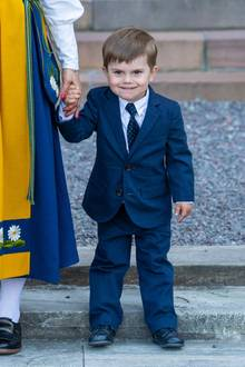Der kleine Oscar sieht in seinem Anzug schon richtig erwachsen aus.