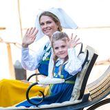 Prinzessin Madeleine und ihre Nichte Prinzessin Estelle winken in die Menschenmenge.