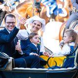 Prinz Daniel undPrinzessin Victoria sitzen zusammen mit ihren Kindern Oscar und Estelle sowie Victorias Schwester Madeleine zusammen in einer Kutsche.