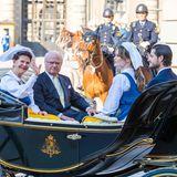 In einer zweiten Kutsche haben Königin Silvia, König Carl Gustaf sowie Prinzessin Sofia und Prinz Car Philip Platz genommen.
