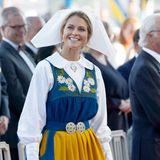 Im Rahmen der Feierlichkeiten zum Nationalfeiertag inSchweden trägt Prinzessin Madeleine - ebenso wie die anderen weiblichen Royals - das traditionelle Outfit. Doch ein Detail unterscheidet sie von den anderen ...