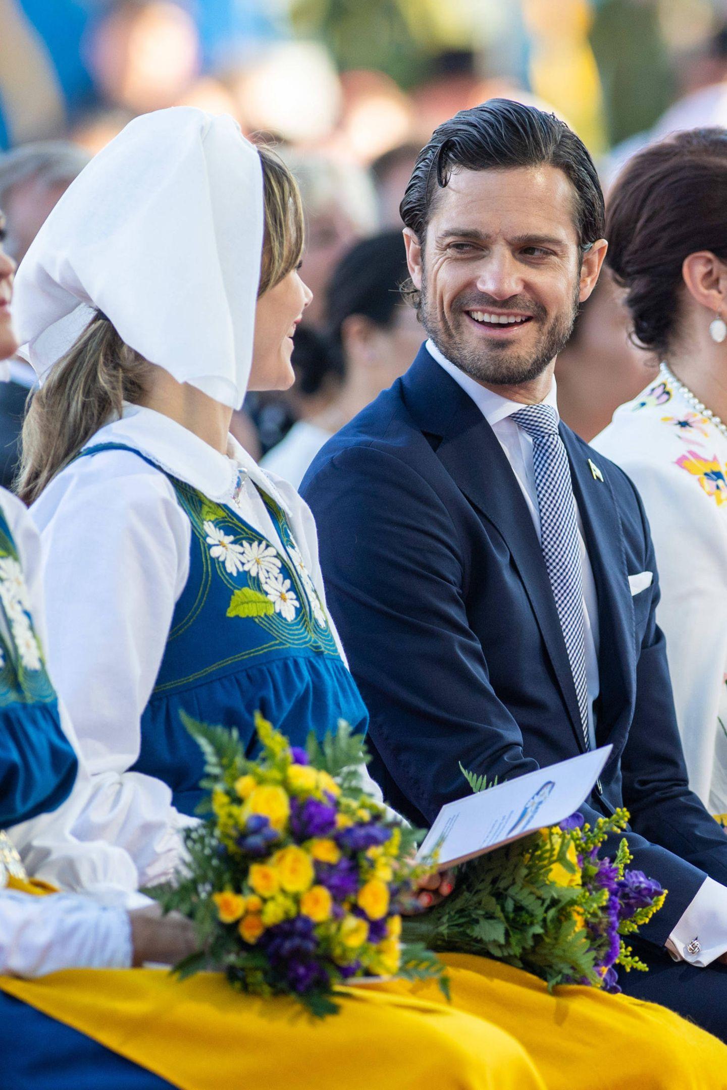 Prinz Carl Philip lächelt seine Sofia verliebt an.