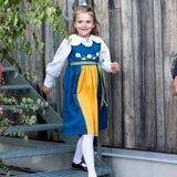 Für den Nationalfeiertag in Schweden hat sich Prinzessin Estelle schick gemacht:Sie trägt ein landestypisches Trachtenkleid in denschwedischen Nationalfarben, das mit weißen Blumen verziert ist. Eine weiße Strumpfhose und schwarze Lackschuhe runden den feierlichen Look der 7-Jährigen ab – doch etwas fehlt ...
