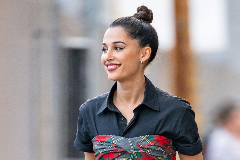 Schnelle Frisuren wie der Dutt von Naomi Scott lassen sich ganz einfach stylen und sind praktisch im Alltag.