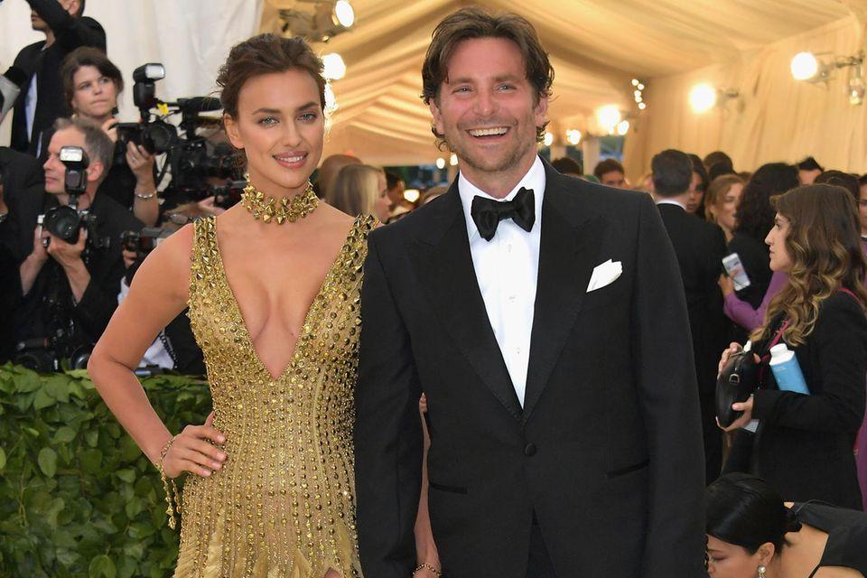 """Bei der Met Gala mit dem Motto """"Himmlische Körper: Mode und katholische Phantasie"""" zeigen sich Irina Shayk und Bradley Cooper zum allerersten Mal gemeinsam auf dem roten Teppich."""