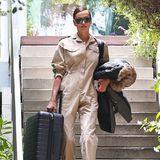 Irina Shayk verlässt mit einem kleinen Koffer das gemeinsame Anwesen, das sie mit Bradley Cooper in Los Angeles bewohnt. Doch vermutlich haben Paparazzi hier nicht DEN Auszugs-Moment abgelichtet, das Model reist sicherlich nur zum nächsten Job - mit Mini-Koffer.