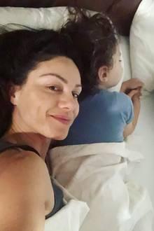 """7. Juni 2019  """"Tanke noch Kraft für das Halbfinale"""", schreibt Nazan Eckes zu dem süßen Schnappschuss auf Instagram, der sie und ihren Sohn gemütlich kuschelnd im Bett zeigt."""