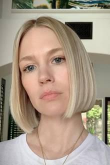 January Jones hat sich zum Sommer hin von etwa acht Zentimetern Haar getrennt und trägt seit Juni 2019 einen geraden Bob. Verantwortlich für den Trend-Schnitt ist bei ihr Celebrity-Friseurin Bridget Brager.