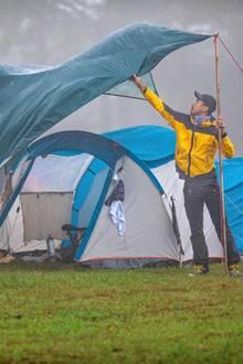 Mann kämpft mit einem Zelt