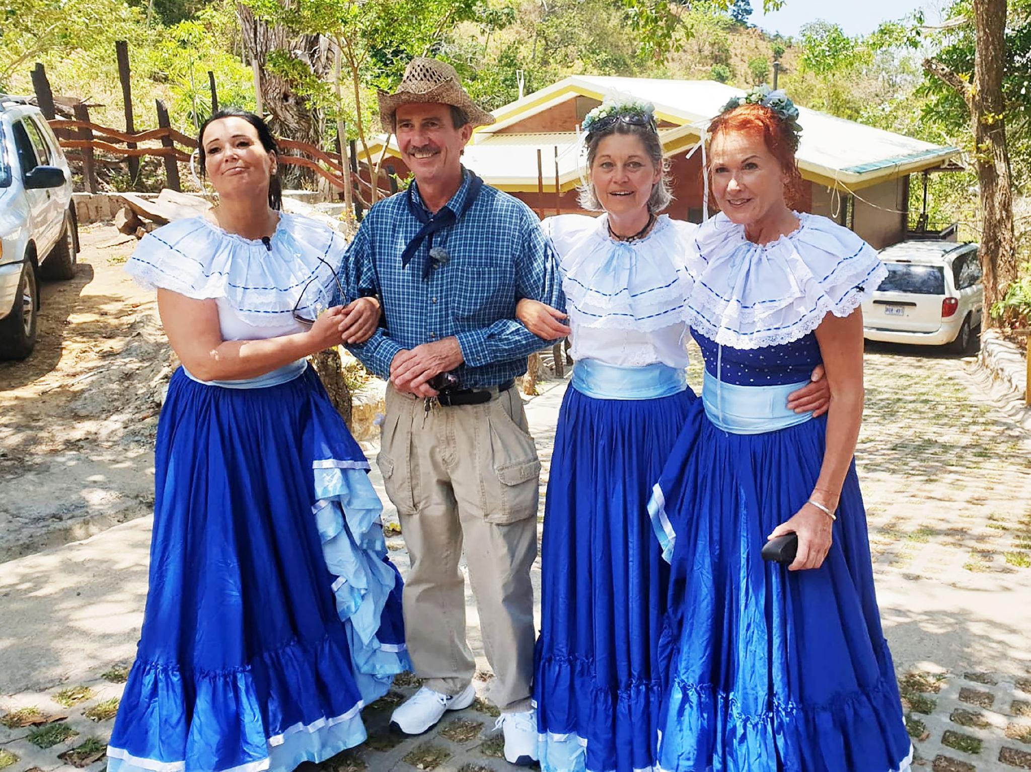 Tom (59) aus Costa Rica hat (v.l.) Gabriele, Siglinde und Joyce zu sich eingeladen.