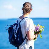 """Victorias Rucksack von """"Fjällräven""""ist mittlerweile ein fester Bestandteil im Straßenbild geworden. Der skandinavische Klassiker """"Kanken"""" ist ab rund 90 Euro erhältlich und wie man sieht sogar bei Royals sehr beliebt."""
