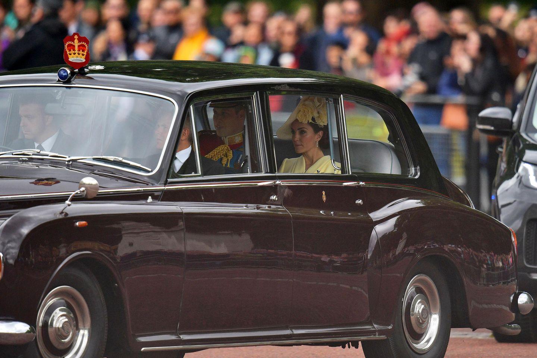 Es geht los! Ein erstes Bild zeigt Herzogin Catherine und Prinz William im Bentley sitzend.