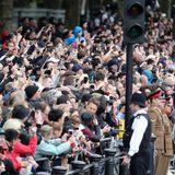 Viele Tausende Zuschauer haben sich rund um den Buckingham Palast versammelt, um die Parade zu bestaunen.