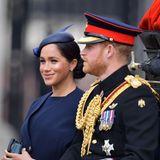 Herzogin Meghan hat sich für ein dunkelblaues Outfit von Givenchy mit einem Fascinator von Noel Stewart entschieden.