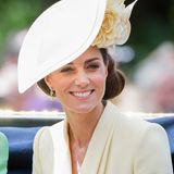 Wunderschön strahlt Herzogin Catherine in einem hellgelben Look von Alexander McQueen und einem passenden floralen Hut von Philip Treacy.