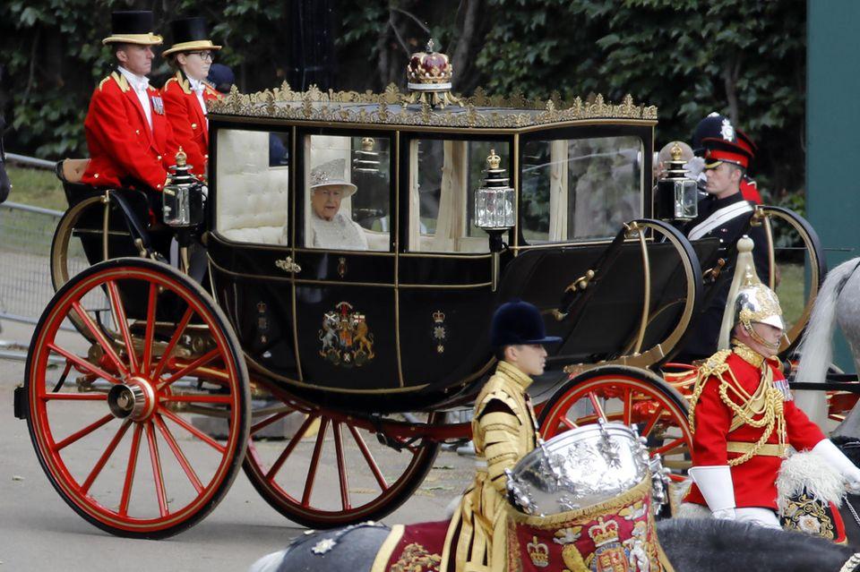 Queen Elizabeth kommt allein zu ihrer Geburtstagsfeier. Prinz Philip nahm zum letzten Mal 2017 an der Parade teil.