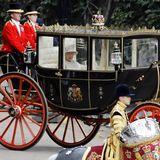 Here comes the Queen! Königin Elizabeth sitzt ohne Prinz Philip in ihrer Kutsche. Es ist übrigens dieselbe Kutsche, in der Prinzessin Eugenie und Jack Brooksbank nach ihrer Hochzeit durch Windsor gefahren sind.