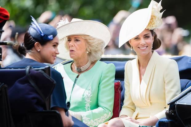 Herzogin Camilla und Herzogin Catherine scheinen sich farblich aufeinander abgestimmt zu haben.