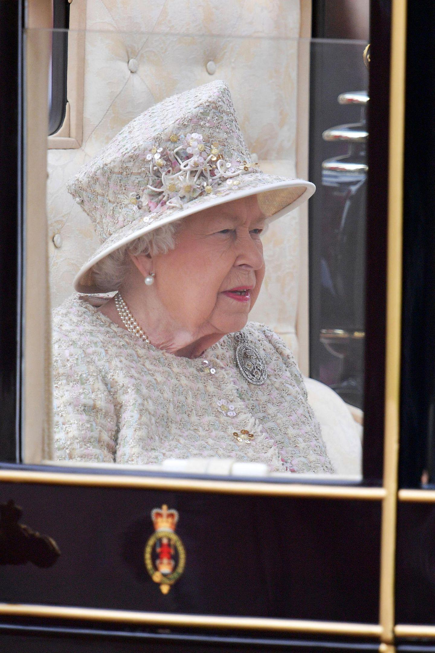 Die Queen sieht an dem großen Tag ganz besonders festlich aus.
