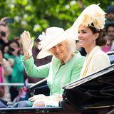 Gut gelaunt winkt Herzogin Camilla den vielen Besuchern zu.