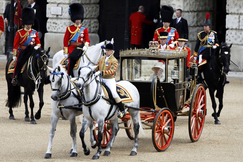Prinz Charles, Prinz William, Prinz Edward und Prinzessin Anne reiten Seite an Seite hinter der Kutscher der ihrer Mutter und Großmutter her.