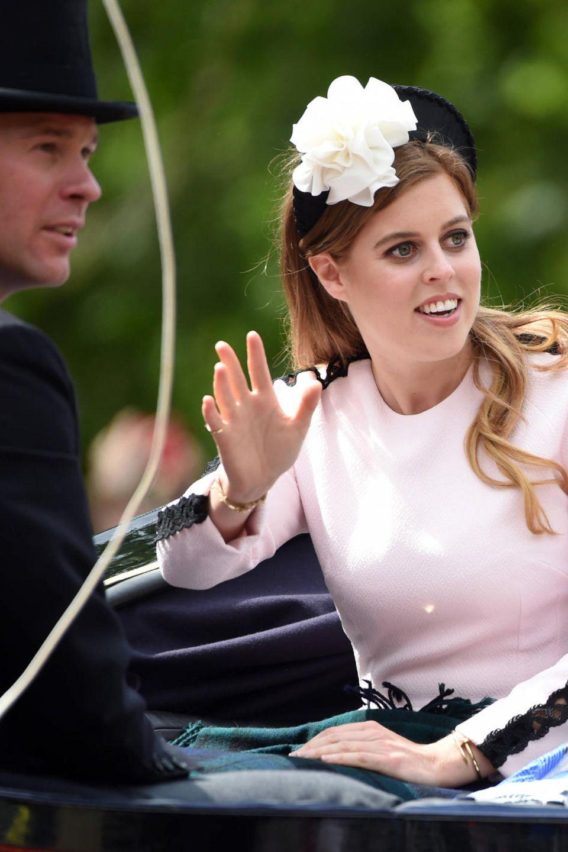 Prinzessin Beatrice und Prinzessin Eugenie feiern ihre Großmutter ebenfalls. Für Jack Broosbank, der Eugenie gegenüber sitzt, ist es das erste Mal, dass er an der Parade teilnehmen darf.