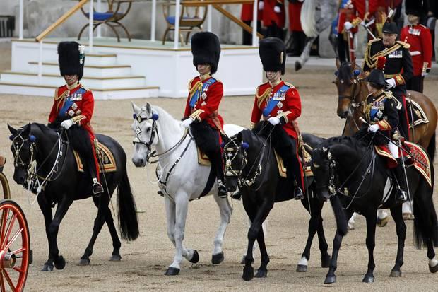 Prinz Charles, Prinz William, Prinz Andrew und Prinzessin Anne begleiten ihre (Groß-)Mutter zu Pferden.