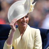 In London ist es ein wenig windig, Kate muss ihren Hut gut festhalten.